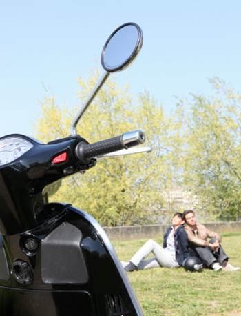 moto-pareja-campo-descanso_0