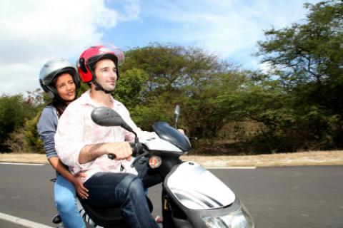 moto-pareja-campo