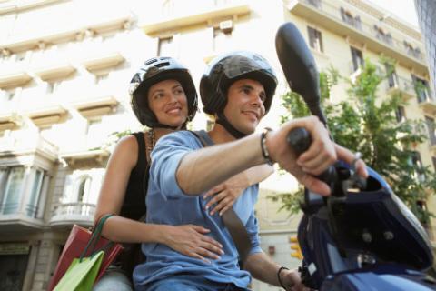 moto-pareja-ciudad